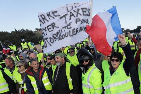 Францын засгийн газар шатахууны татварын өсөлтийг зургаан сараар хойшлуулжээ