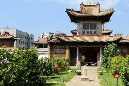 Хоёр давхар тоосгон байшингийн буурин дээр баригдсан авто зогсоол Чойжин ламын сүм музейн эзэмшлийнх болжээ