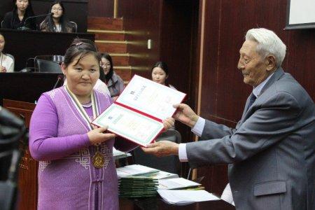 Б.Даваасүрэн багш улсын олимпиадаас 14 дэх медалиа хүртлээ