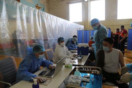 Уурхайн ажилчдыг вакцинжуулж эхлэлээ