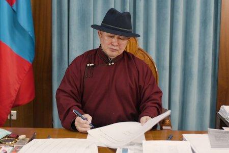 """Монголчуудын эрхэмлэн дээдлэх үнэт зүйлийг тэмдэглэсэн """"Эрдэнийн судар""""-ыг дээдлэн залах тухай зарлиг гарлаа"""