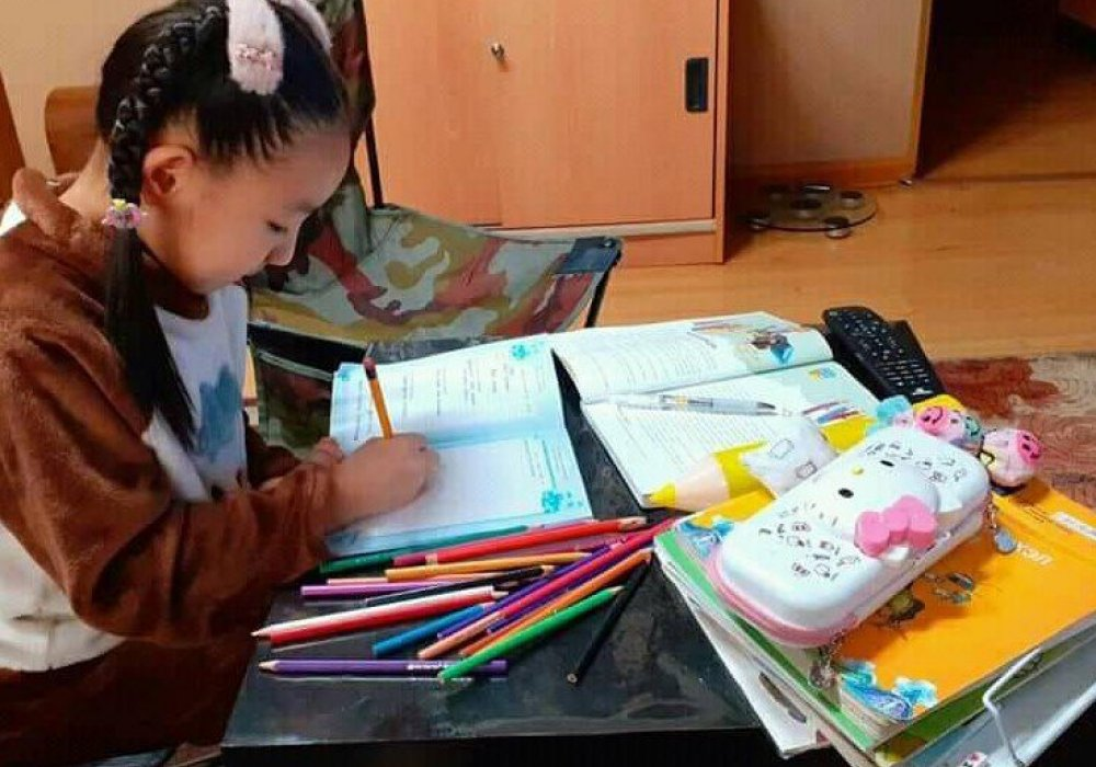 Хүүхдийн зохиолч О.Сундуйн зохиолыг уншаад төрсөн сэтгэгдлээрээ зураг зурж, баримал барьж, захидал бичиж цахим шуудангаар түүнд илгээсээр байна.