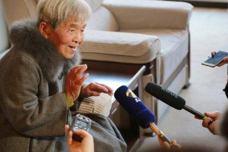 81 настай эмээ их сургуулиа төгслөө