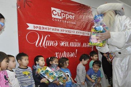 Монголын зэс корпораци Орхон аймгийн хүүхдийн төлөөх газруудад бэлэг, 10 сая төгрөгийн хандив өглөө