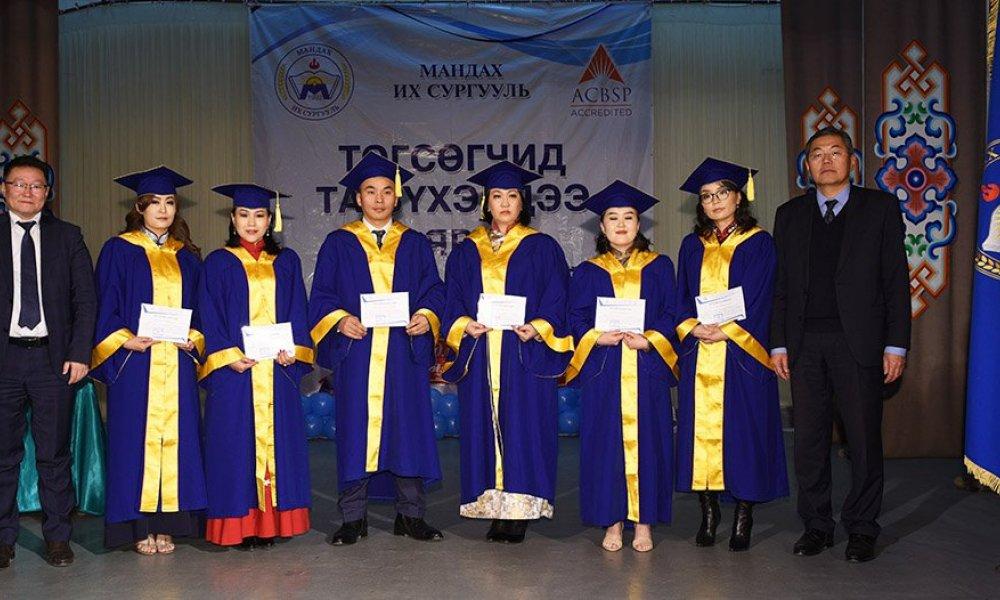 Магистр, эчнээ хөтөлбөрөөр төгсөгчид диплом энгэрийн тэмдэгээ гардан авлаа