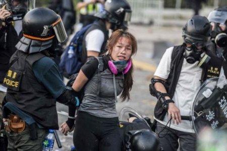 Хонконгийн цагдаа нар жагсагчдын эсрэг галт зэвсэг хэрэглэжээ