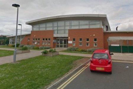 Их Британийн бага сургуулийн сурагч коронавирусийн халдвар авчээ
