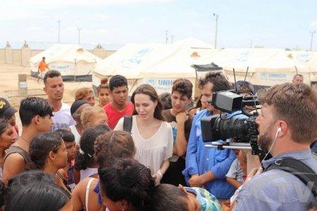 Жүжигчин Анжелина Жоли Колумбид ажиллав