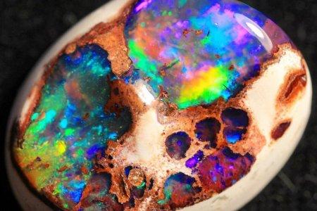Гайхалтай өнгөний зохицол бүхий Опал чулуу