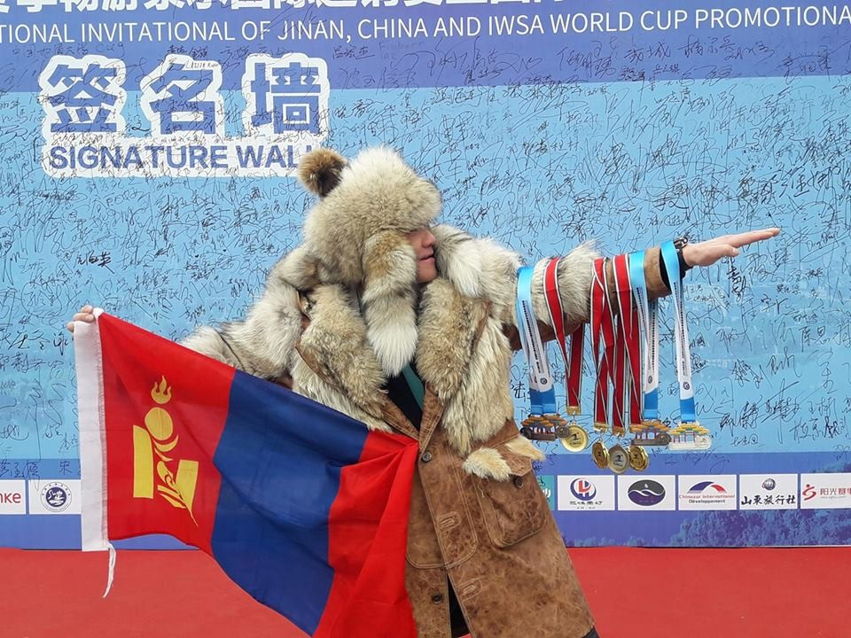 Монголд байхгүй спортын төрлөөр дэлхийд данслагдсан Дэлхийн цомын хошой аварга Ш.Даваадорж дахин дэлхийн хэмжээний амжилт гаргаж эх орондоо ирлээ