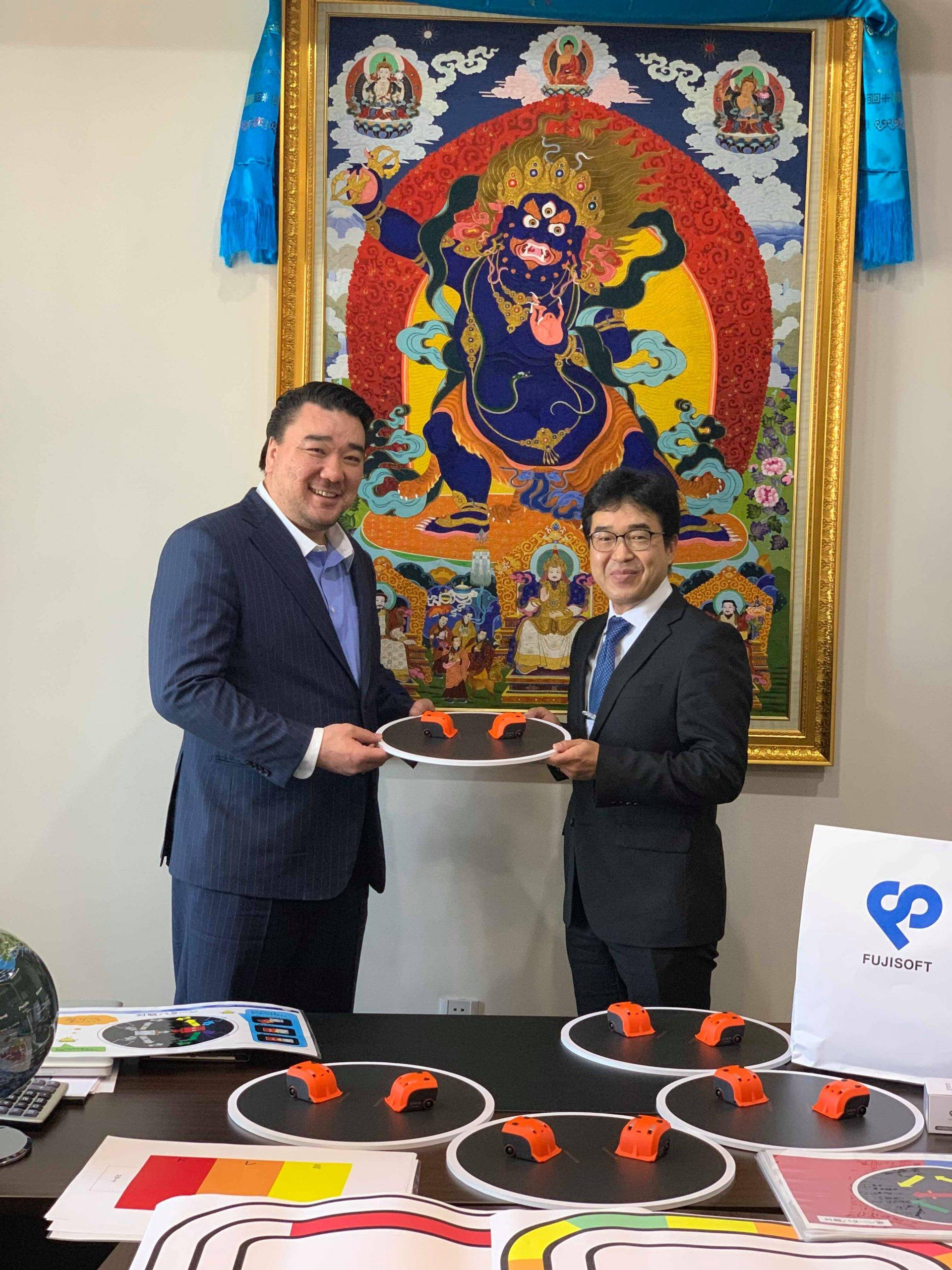 Fuji Soft LLC 10 ширхэг робот бэлэглэлээ