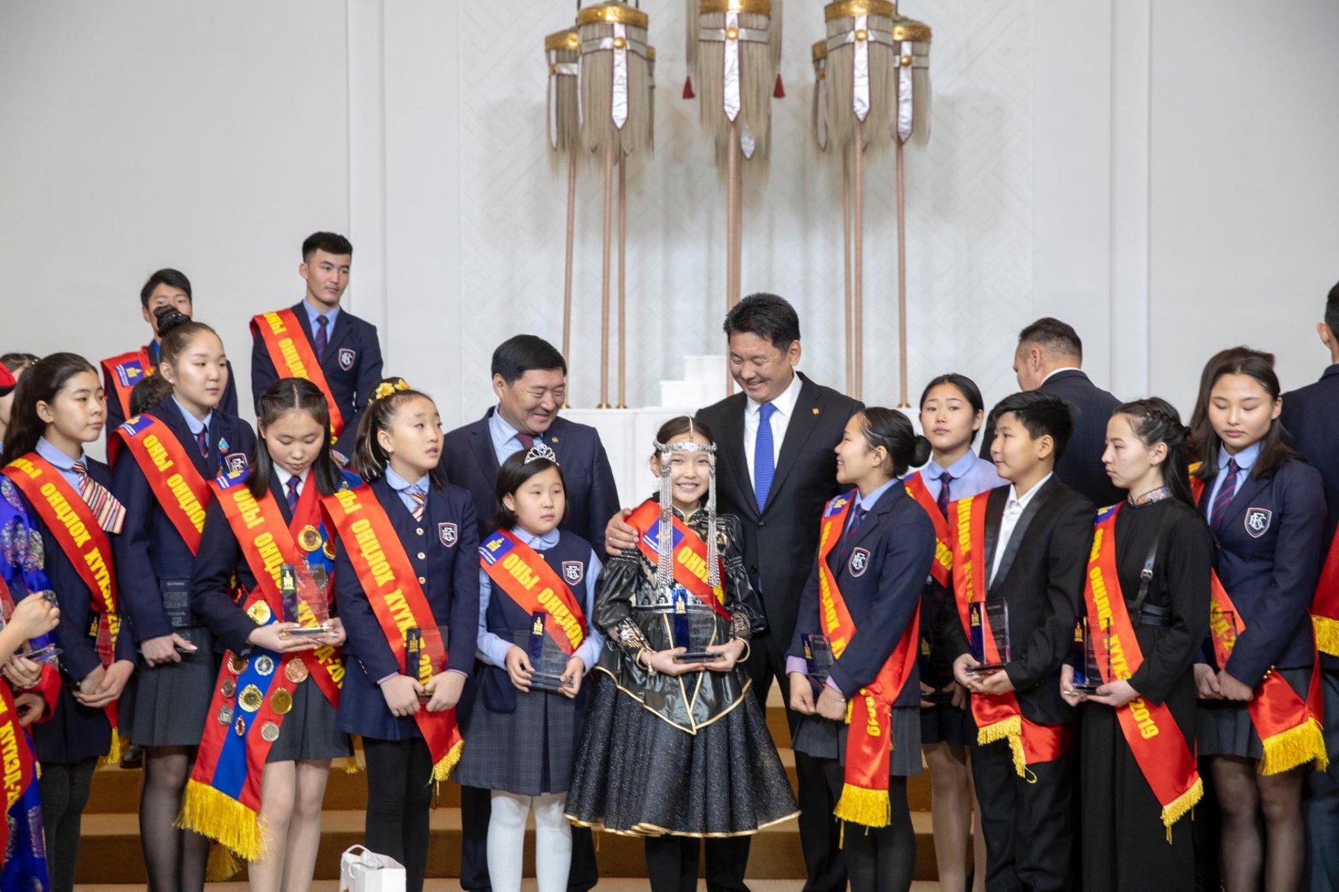"""Монгол Улсын Ерөнхий сайд """"Оны онцлох хүүхэд""""-үүдийг шагнав"""