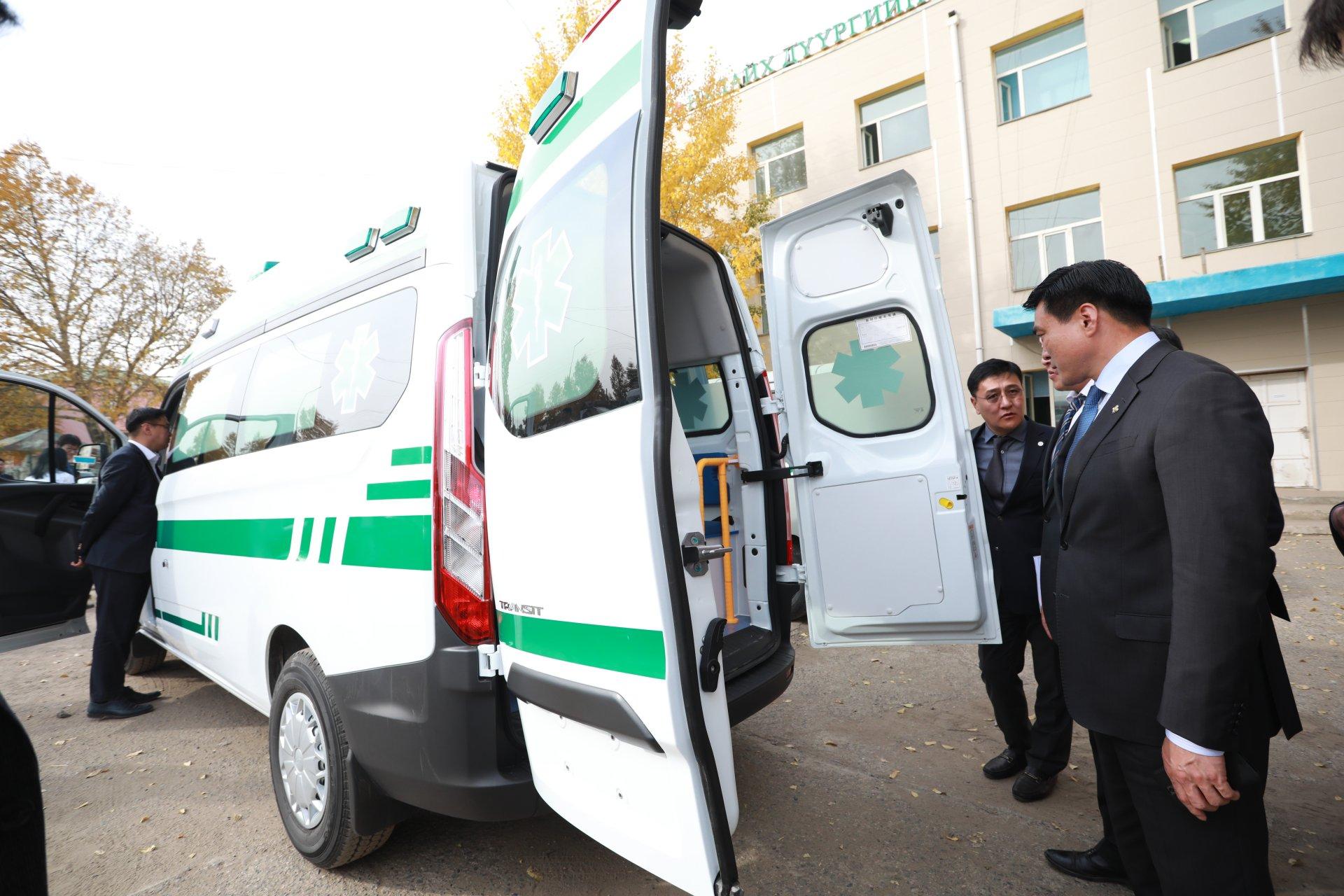 Налайх дүүргийн Эрүүл мэндийн төвд түргэн тусламжийн автомашин гардуулж өглөө