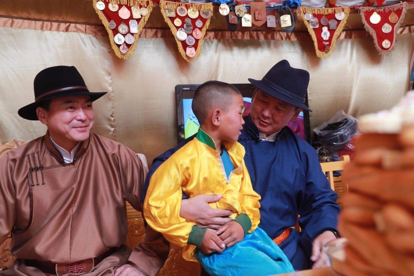 Монгол Улсын Ерөнхий сайд У.Хүрэлсүх соёолонгийн түрүү авсан галаар зочлов