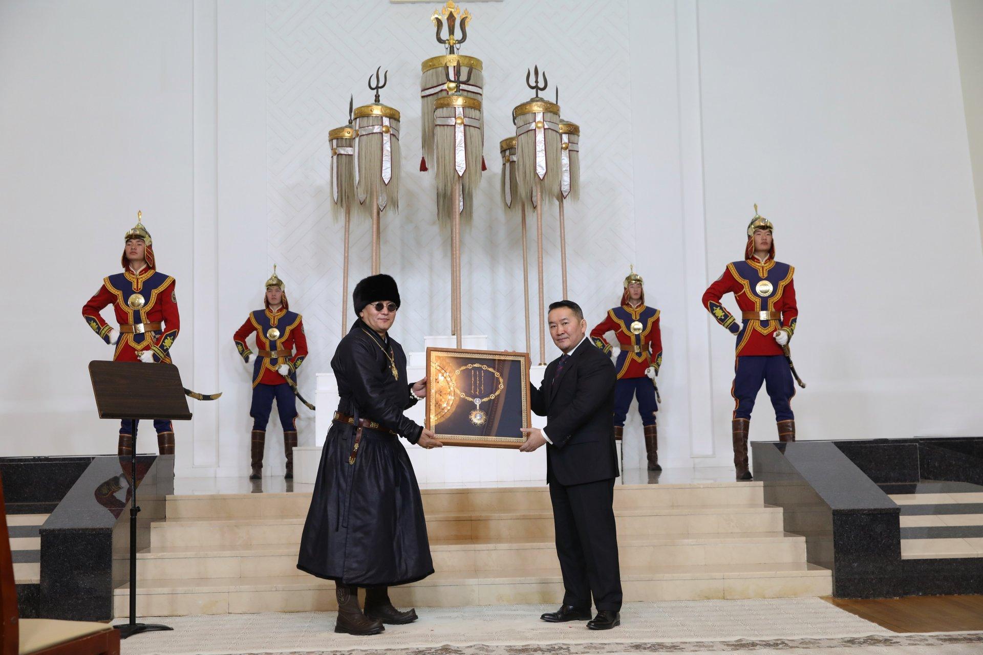 """Ерөнхийлөгч Х.Баттулга """"Хү"""" хамтлагт Монгол Улсын төрийн дээд шагнал, тэргүүн зэргийн """"Чингис хаан"""" одон гардууллаа"""