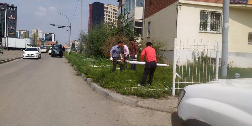 Нийтийн эзэмшлийн талбай, явган хүний зам хаасан газруудыг чөлөөлж байна