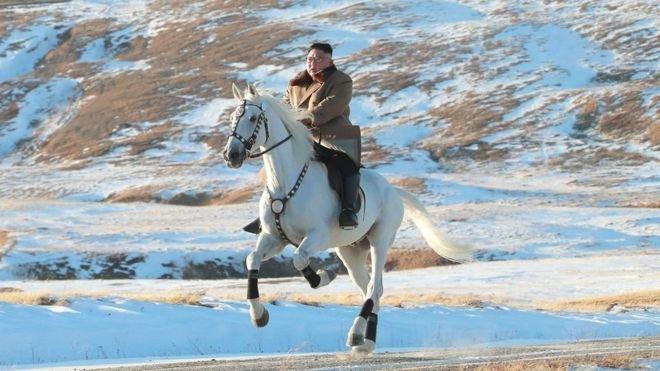 Ким Чен Ун анхны цаснаар Бэгдү ууланд авирав