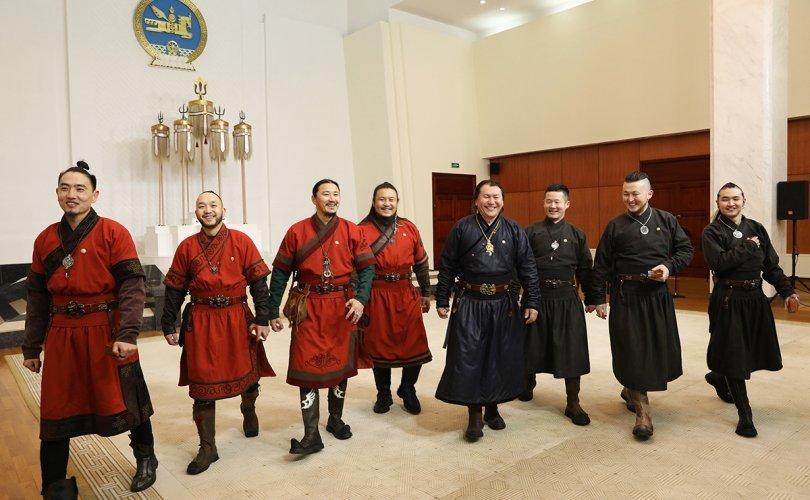 """Эх орондоо ирсэн """"The Hu"""" хамтлагийнханд """"Чингис хаан"""" одон гардууллаа"""