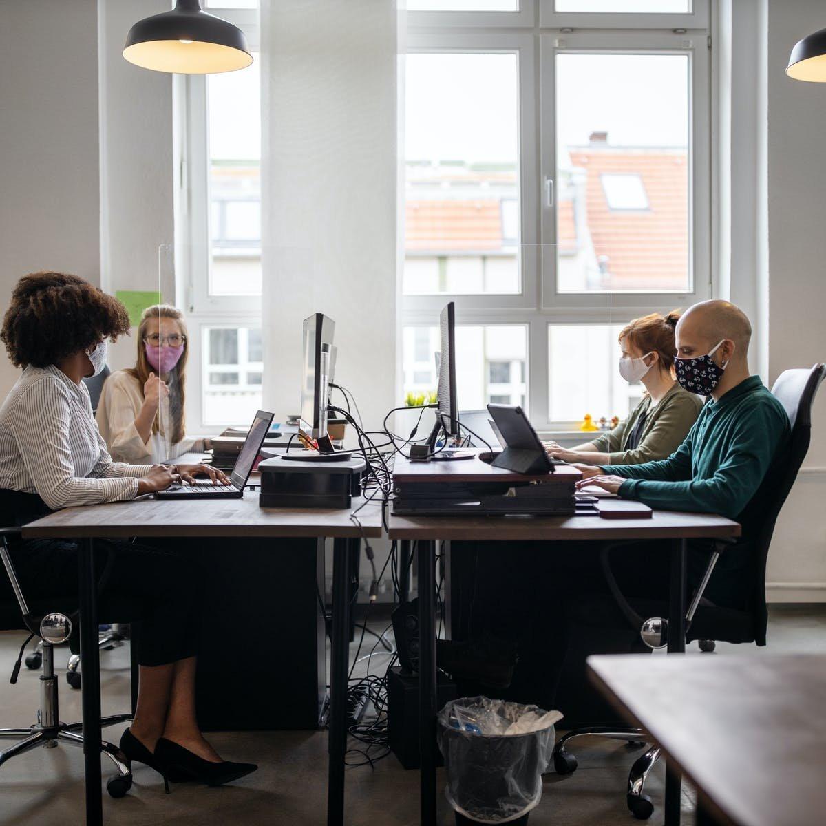 Японы судлаачид COVID-19-тэй холбоотой ажилчдын сэтгэл санааны байдал болон ажлын бүтээмж, түүний эсрэг ажлын байранд хэрэгжүүлж байгаа хариу арга хэмжээний хамаарлыг судалсан байна.
