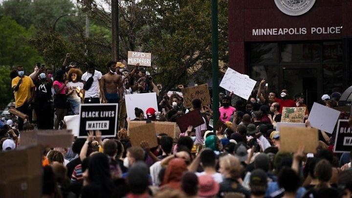 АНУ-ын Миннеаполис хотын цагдаагийн алба хаагчид жагсагчид руу нулимс асгаруулагч хий цацжээ