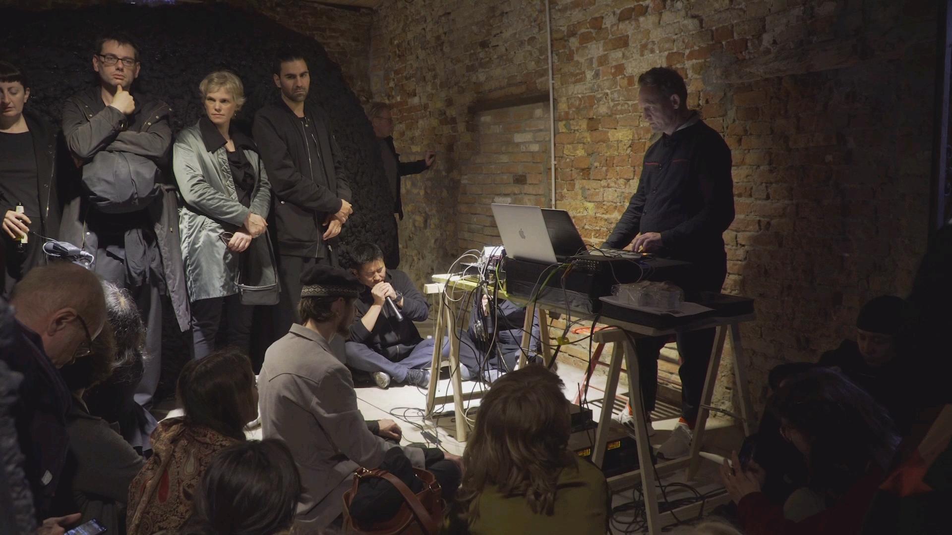 Монгол уран бүтээлчийн хөөмийг электрон хөгжимтэй хоршуулсан бүтээл Венецид шуугиан дэгдээж байна