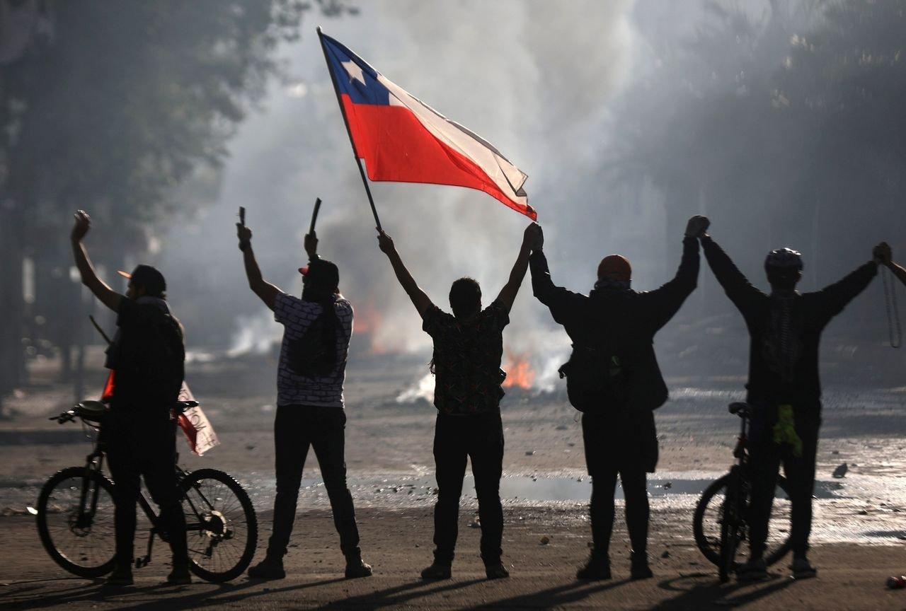 Чили улсад Үндсэн хуульд өөрчлөлт оруулахыг шаардсан жагсаал цуглаан үргэлжилж байна