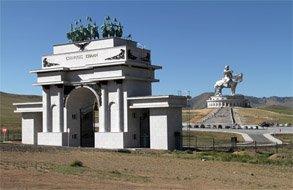 XIII зуун цогцолбор, Чингис хааны морьт хөшөө, Алтан ташуур цогцолбор