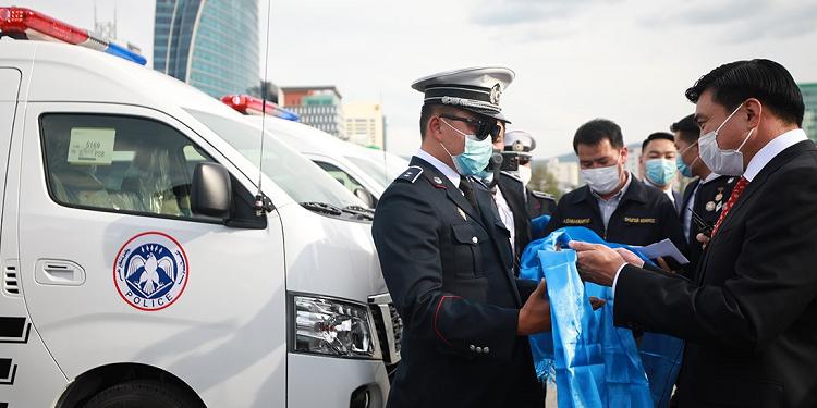 Цагдаа, эрүүл мэндийнхэнд туулах чадвар сайтай автомашин гардуулан өглөө