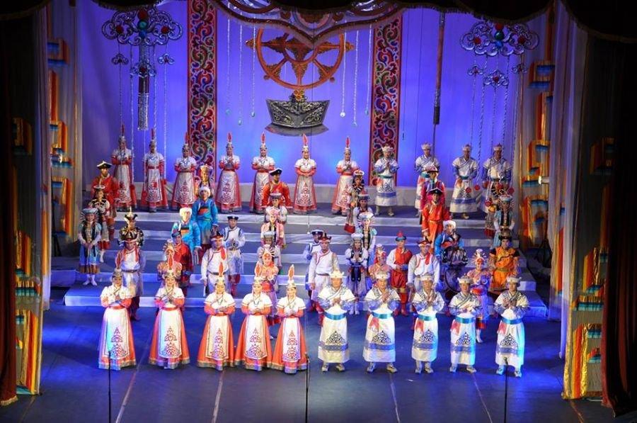 Үндэсний урлагийн их театр Налайх дүүргийн төв талбайд тоглоно