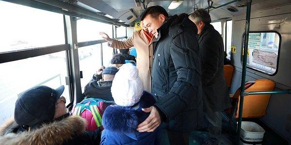 Хотын Захирагч С.Амарсайхан нийтийн тээврээр зорчин иргэдтэй уулзаж, санал хүсэлтийг нь сонслоо