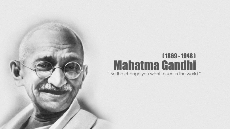 Энэтхэгийн эрх чөлөөний төлөө тэмцэгч Махатма Гандийн хөшөөнд цэцэг өргөнө