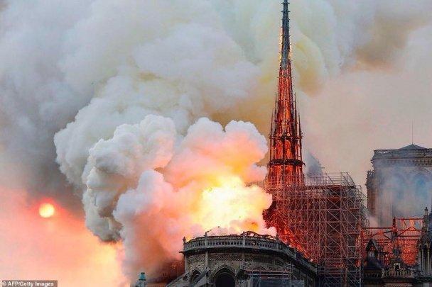 850 жилийн түүхтэй Парисын дарь эхийн сүм шатлаа