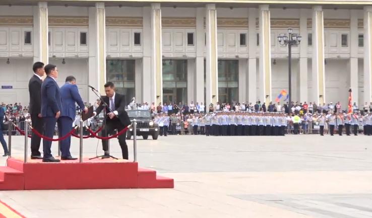 LIVE: Төрийн далбааны өдөрт зориулсан Хүндэтгэлийн ажиллагаа, цэргийн ёслолын жагсаал
