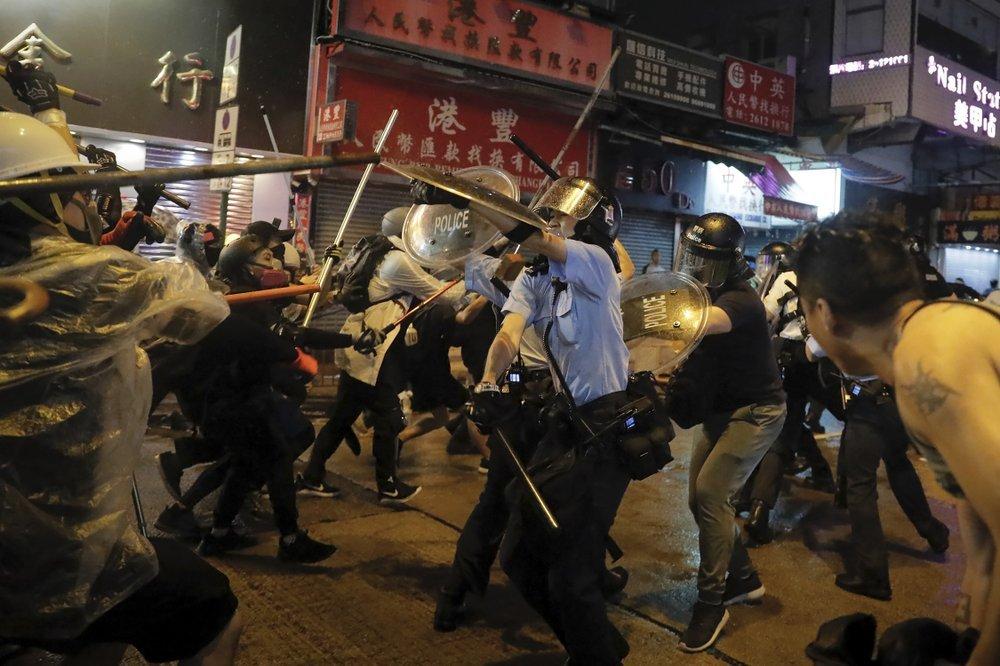 Хонконгийн цагдаа нар 200 гаруй жагсагчийг баривчиллаа