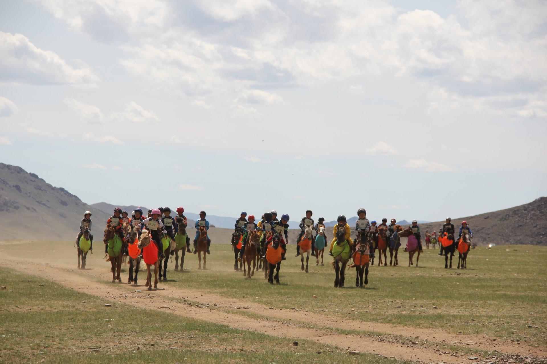 Өвөрхангай аймгийн ЗҮҮН бүсийн бага 3 насны хурдан морьдын уралдаан боллоо.