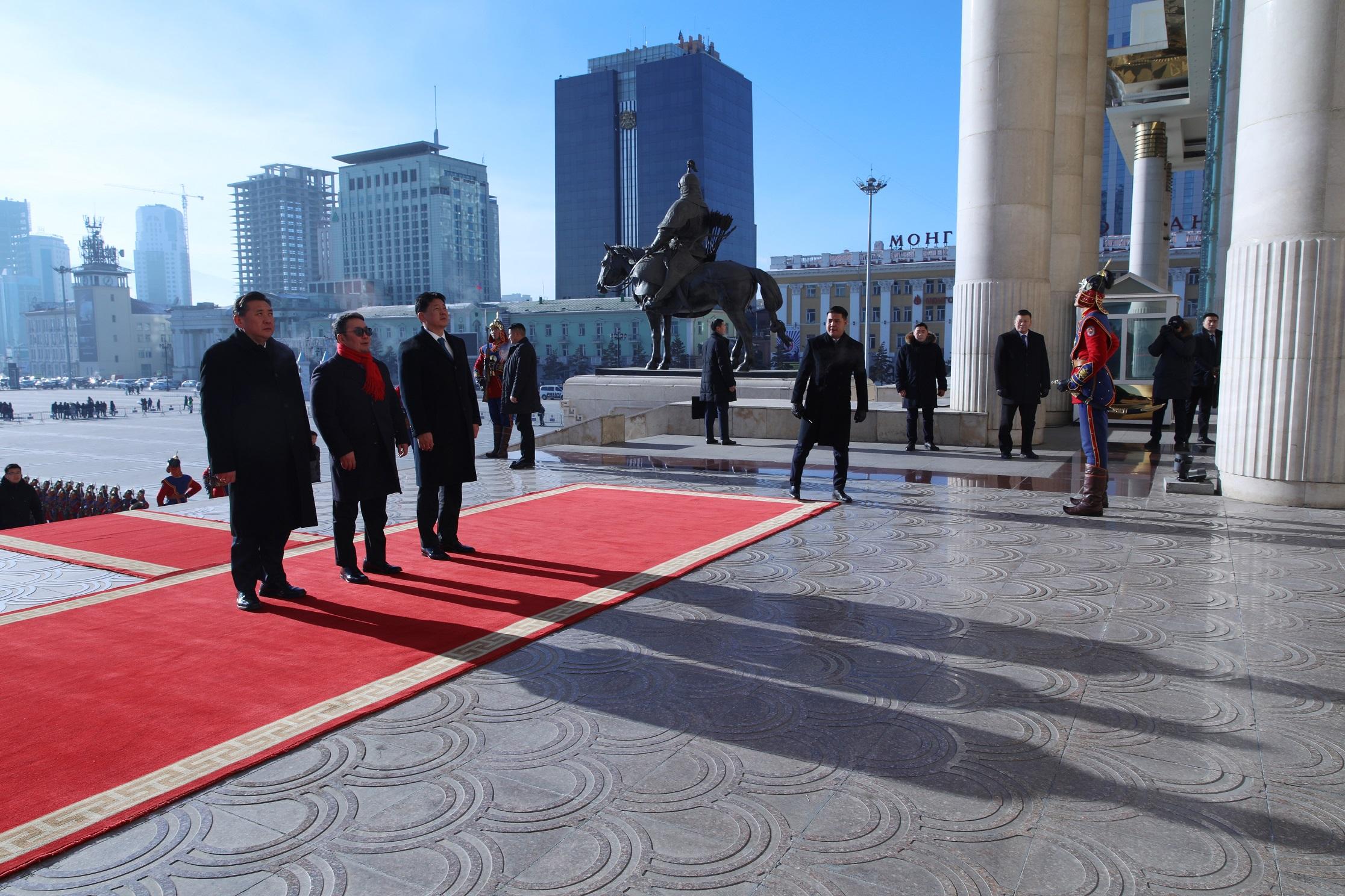 Төрийн өндөрлөгүүд Чингис хааны хөшөөнд хүндэтгэл үзүүллээ