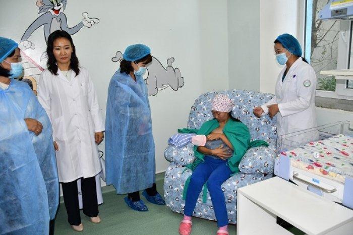 Хөгжлийн бэрхшээлтэй эмэгтэйчүүдийг эсэн мэнд амаржуулахад зориулсан орыг төрөх эмнэлгүүдэд бэлэглэлээ