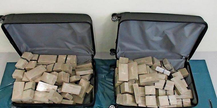 Манай улсын хоёр дипломатч 70 кг хар тамхи тээвэрлэж яваад баригджээ