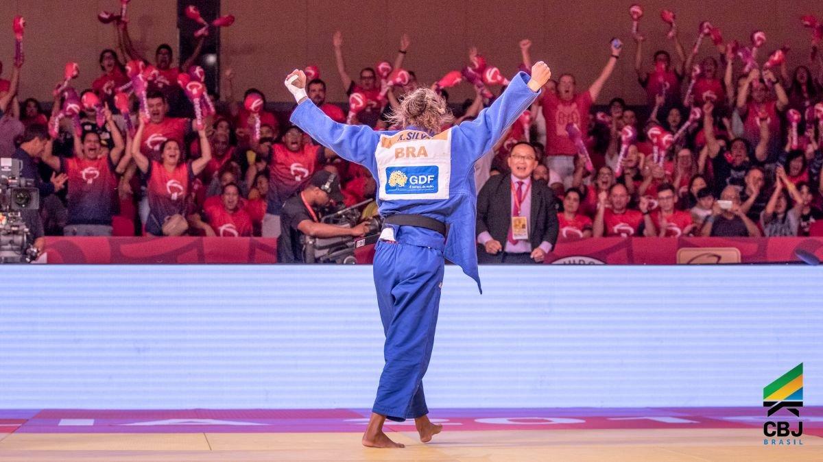 Олимпын аварга Рафаэла Силваг сэргээш хэрэглсэн хэмээн үзэж барилдах эрхийг нь хоёр жилээр хаслаа