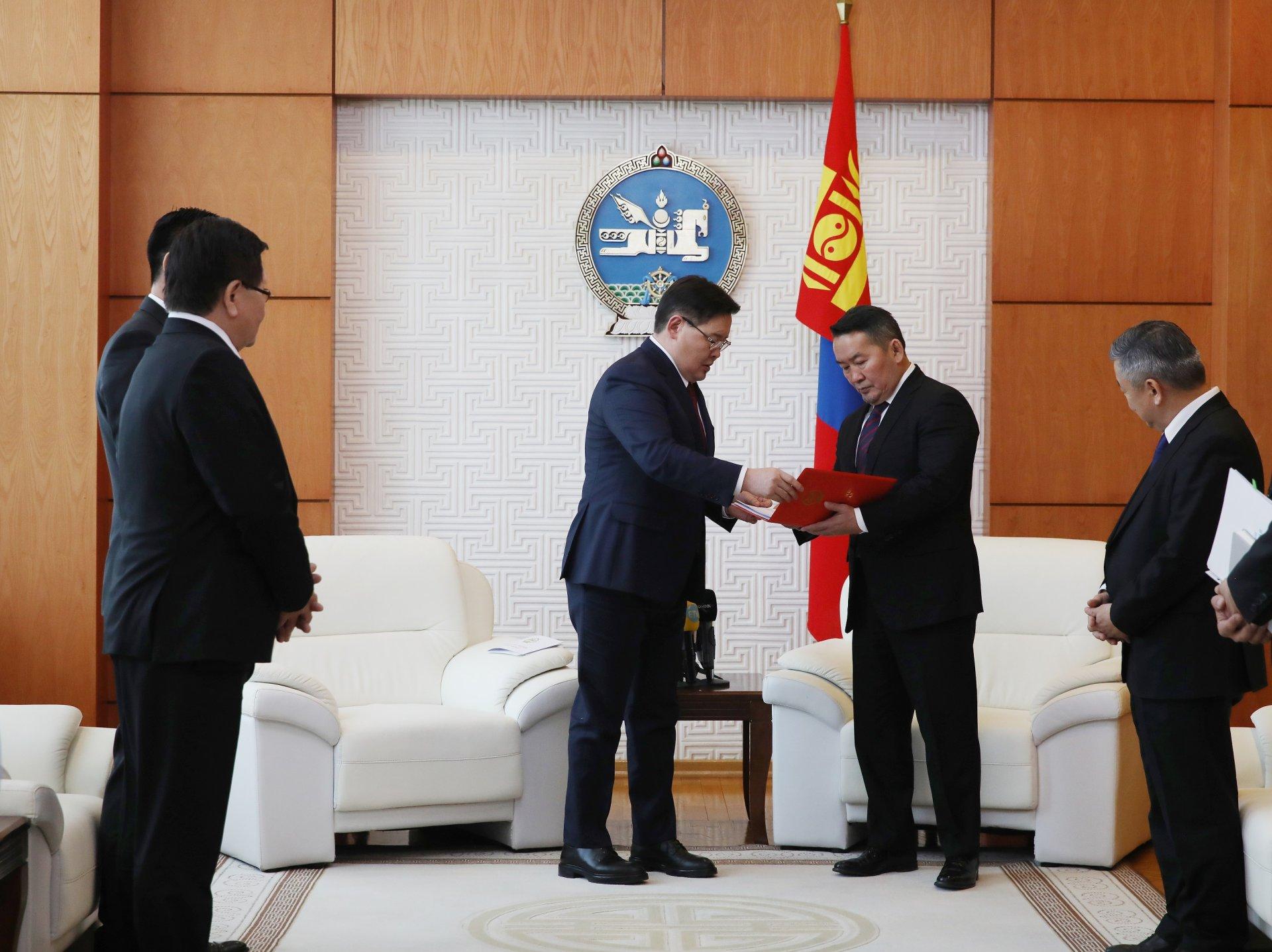 Монгол Улсын Үндсэн хуульд оруулсан нэмэлт, өөрчлөлтийн эхийг Монгол Улсын Ерөнхийлөгчид өргөн барилаа