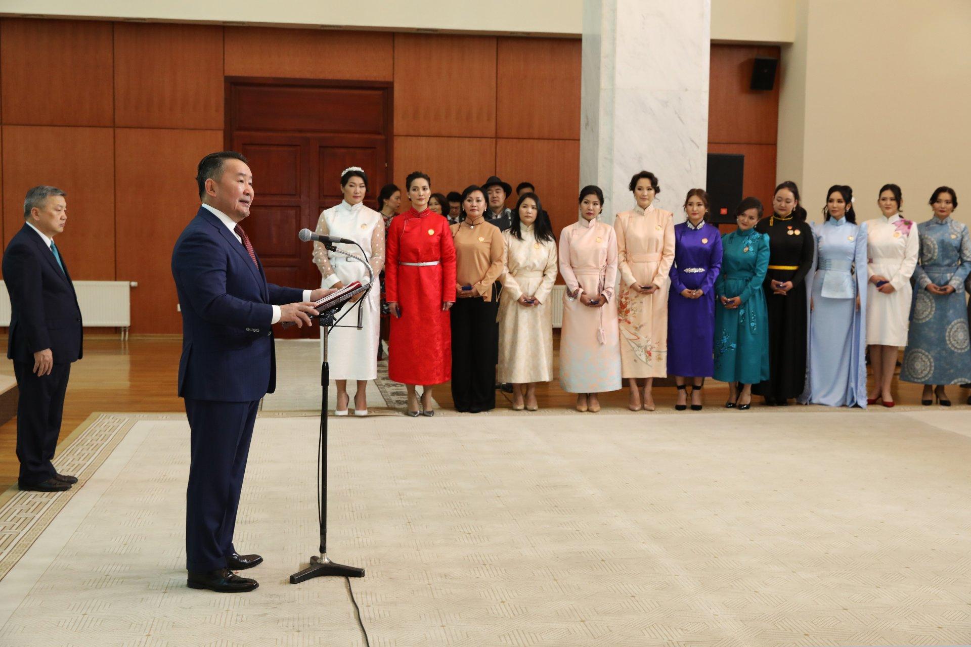 Монгол Улсын Ерөнхийлөгч Х.Баттулга ээжүүдэд Алдарт эхийн одон гардууллаа