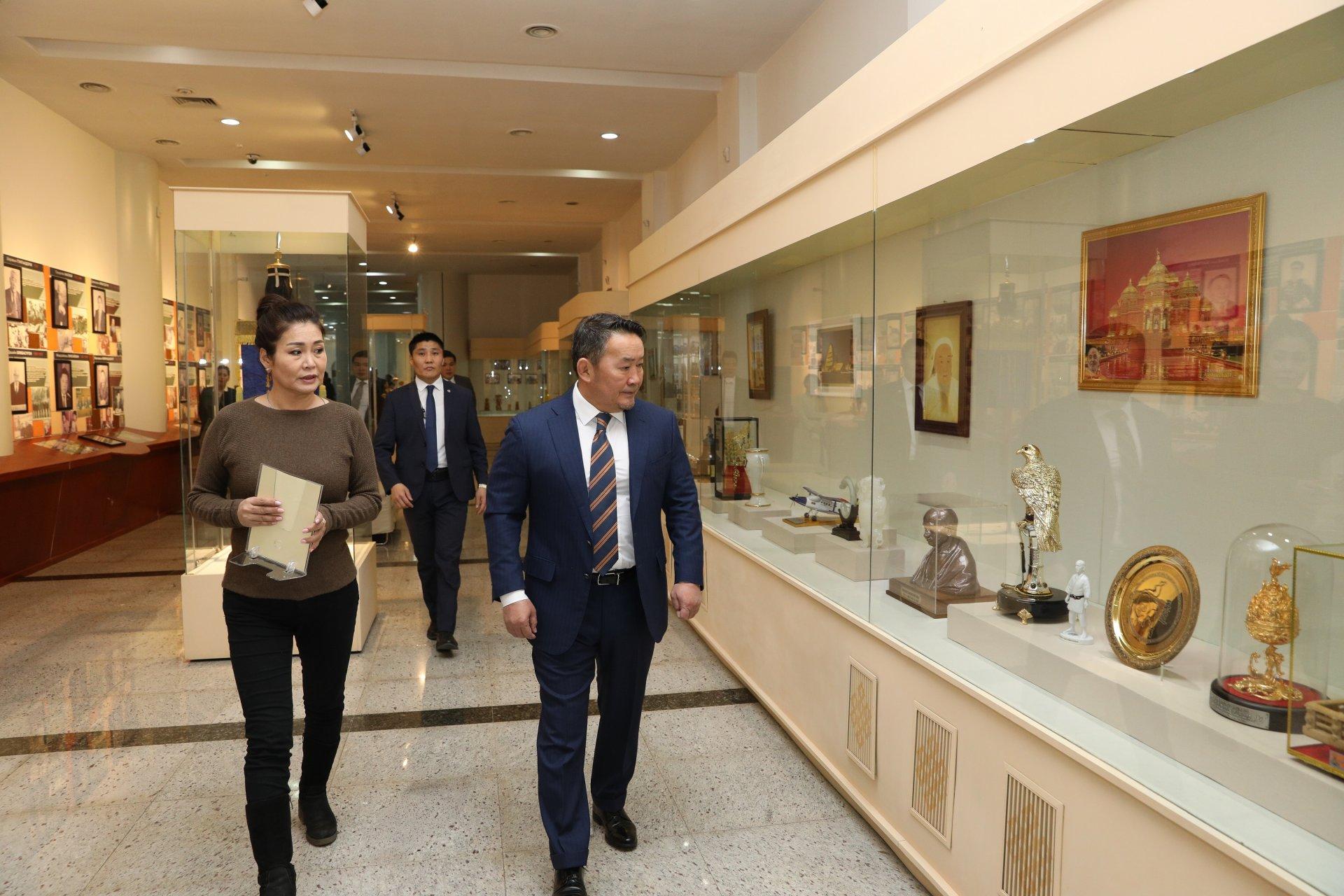 Монгол Улсын Ерөнхийлөгчид ирсэн үнэт, ховор нандин зүйлсийг  Төрийн түүхийн музейд шилжүүллээ