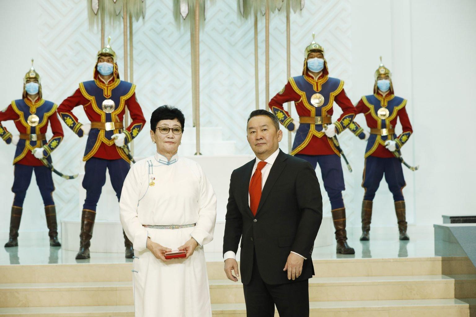 Ерөнхийлөгч Х.Баттулга эрүүл мэндийн салбарынханд төрийн дээд цол, одон, медаль хүртээлээ